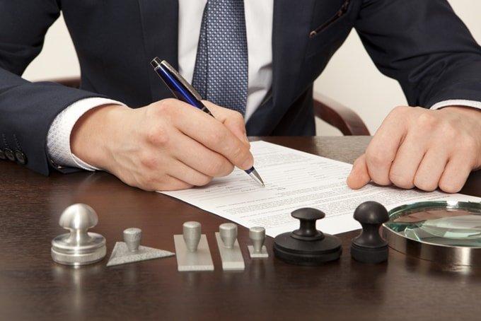 Signature devant le notaire.